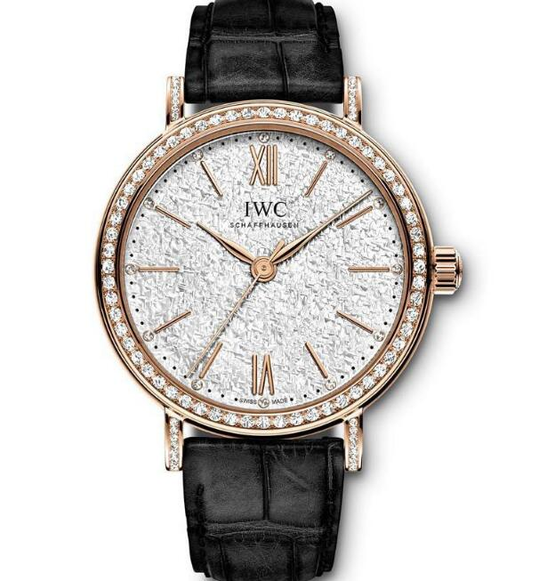 The diamonds paved on the bezel add the feminine touch to the model.