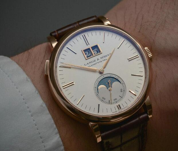 The timepiece is with high performance and marvelous appearance.