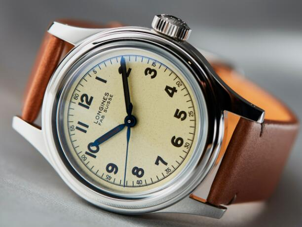 The beige dial sports a distinctive look of retro style.