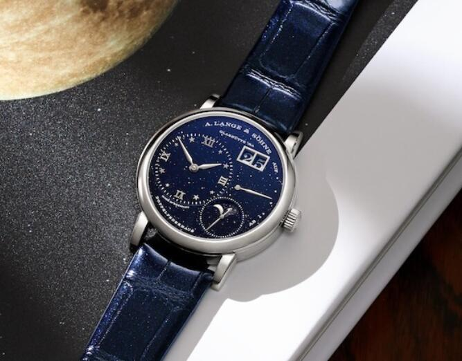 The Swiss fake watches are harmonious with blue color for the dials and straps.